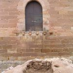Restos de estructuras de acceso. Puerta del castillo con mechinales.
