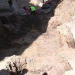 Excavación en busca del foso del castillo.