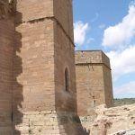 Torre de entrada y restos de estructuras anteriores hallados.